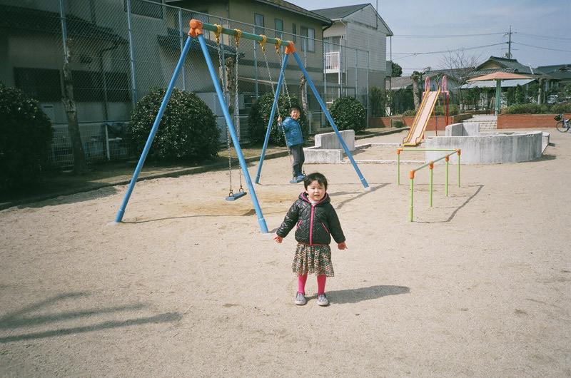 $フィルムカメラで嫁を撮る -YOME--公園にいた子
