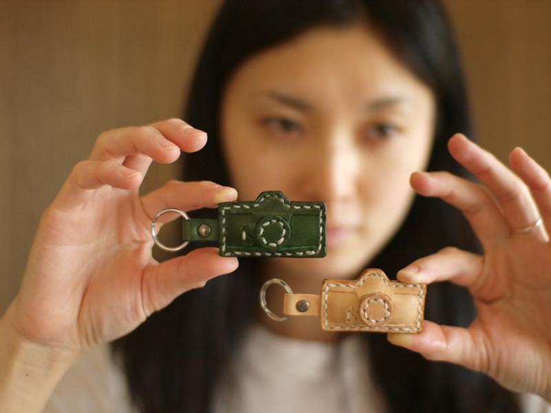 $フィルムカメラで嫁を撮る-カメラ型のキーホルダー