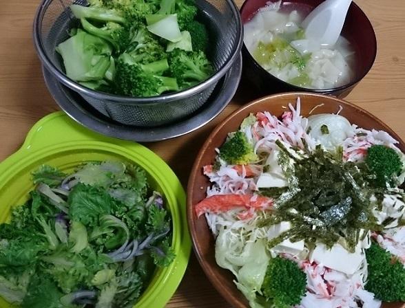 カニかまサラダと蒸し野菜とワンタンスープ