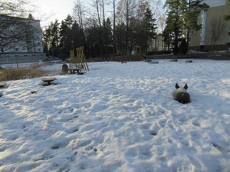 雪で覆われた公園