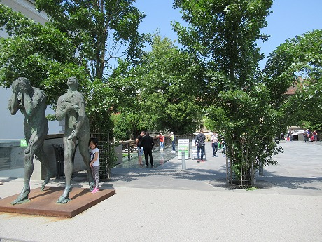橋の上の彫刻1