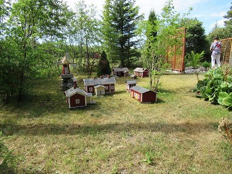 庭のミニチュアの家1