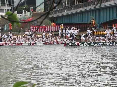 天神祭川の上の船