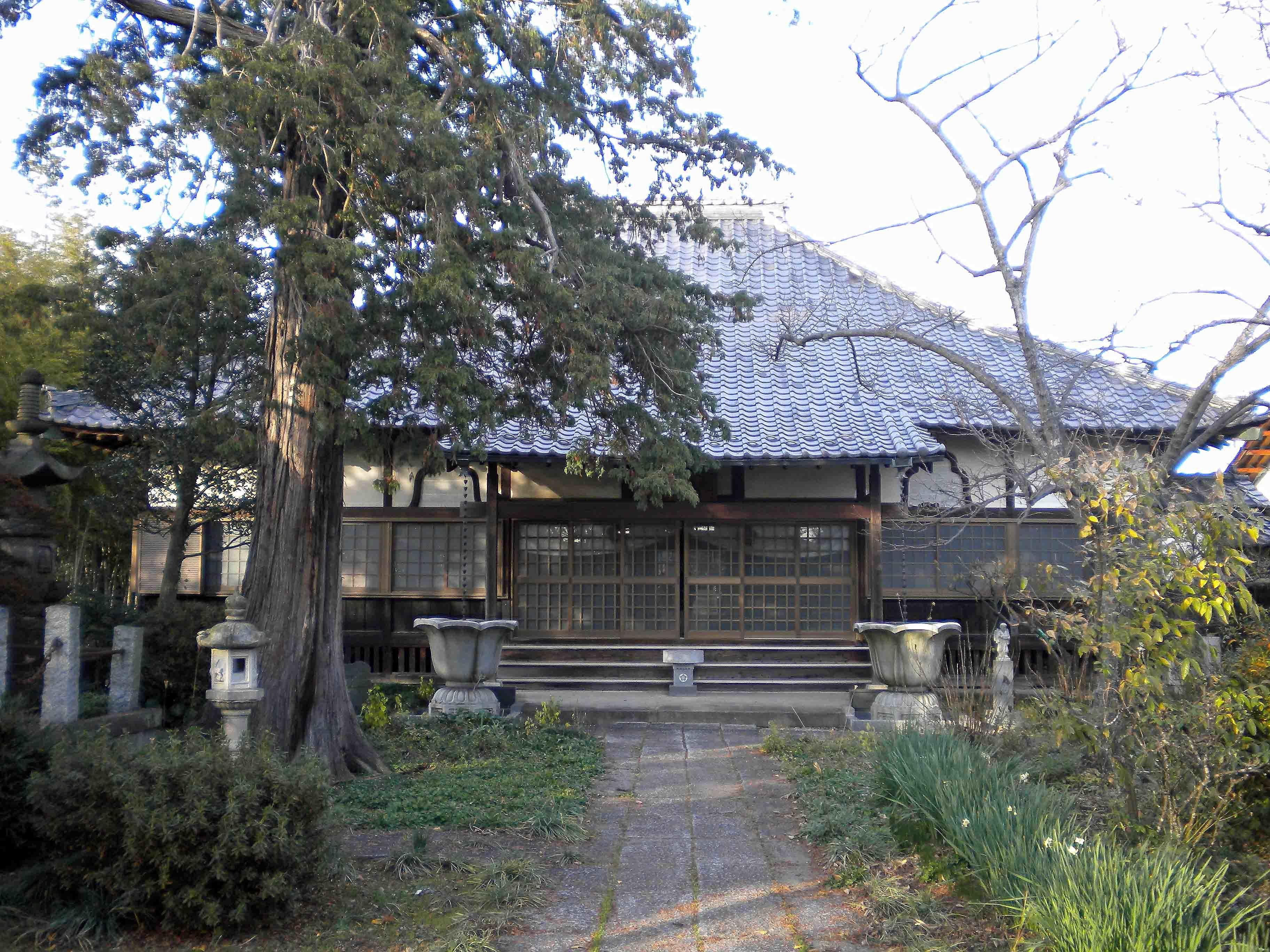 祖土館前の寺