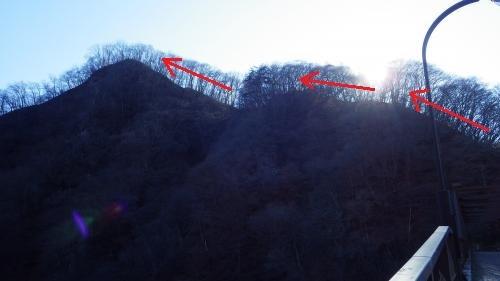 碓氷ダムから坂本城の山を見る