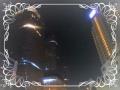 水上から見る深夜のビル