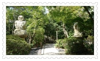 左右の石像