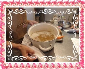 ひよこ豆一晩水に漬け柔らかくなるまで煮る