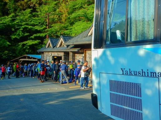 4月29日 荒川登山口 バスに並ぶ列