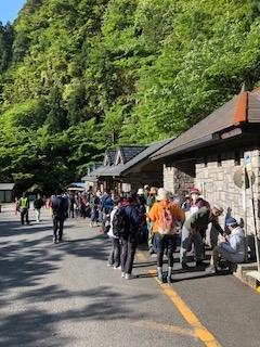 5月4日 混雑状況:荒川登山口、下山バス待ち