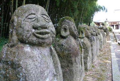 表情豊かな石仏オブジェ