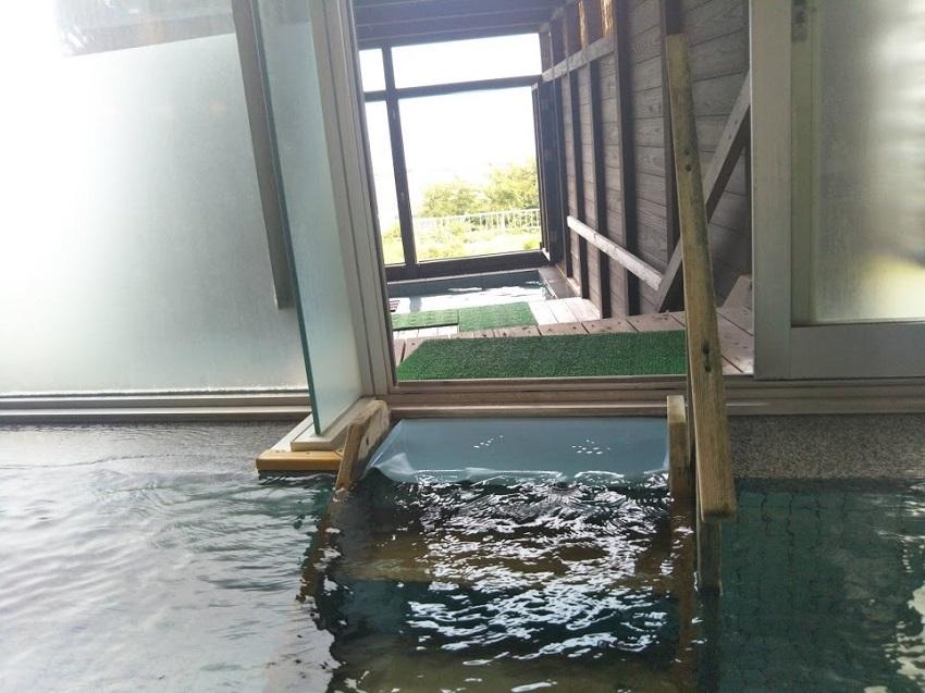 内風呂から露天風呂へ