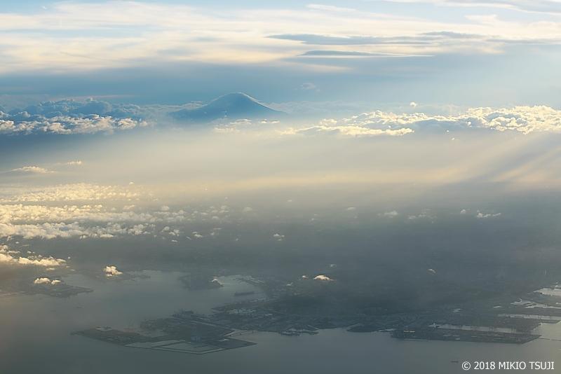 絶景探しの旅 - 0646 薄雲に覆われる横浜港と富士山の風景(神奈川県沖上空)
