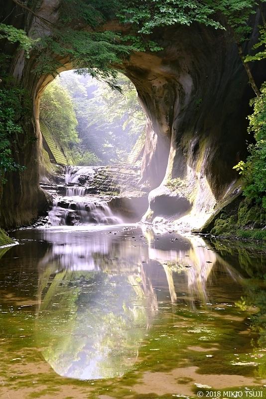 絶景探しの旅 - 0648 光芒が差し込む亀岩の洞窟 (千葉県 君津市)
