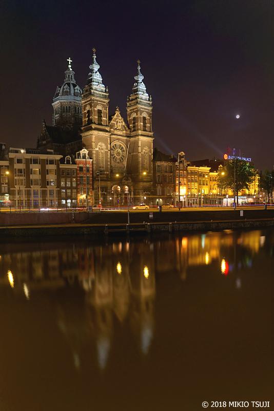 絶景探しの旅 - 0659 光に浮き上がる夜明け前の聖ニコラス教会 (オランダ アムステルダム)