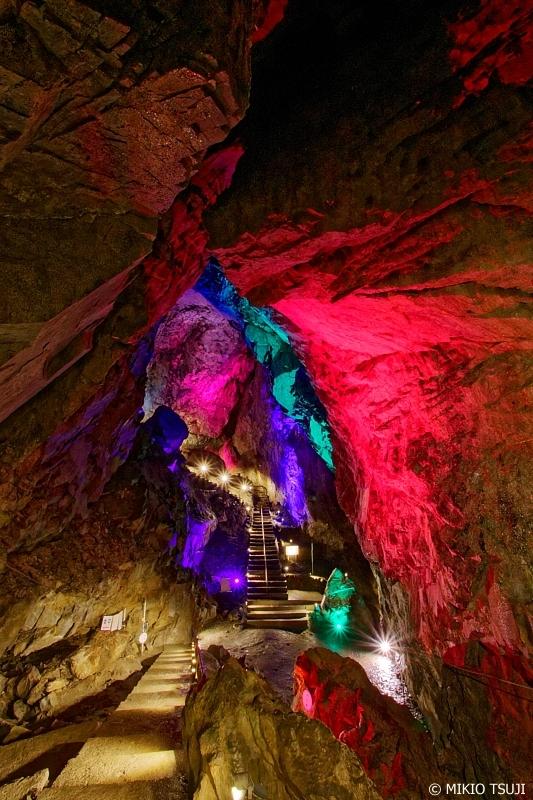 絶景探しの旅 - 0672 幻想的な光に照らされる日原鍾乳洞 (東京都 奥多摩町)