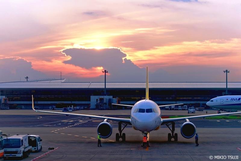 絶景探しの旅 - 0673 夕焼けの光に包まれるバニラエア機 (成田空港/千葉県 成田市)