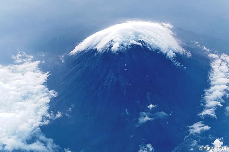 絶景探しの旅 - 0675 火口が笠雲に覆われる富士山 (静岡県上空)