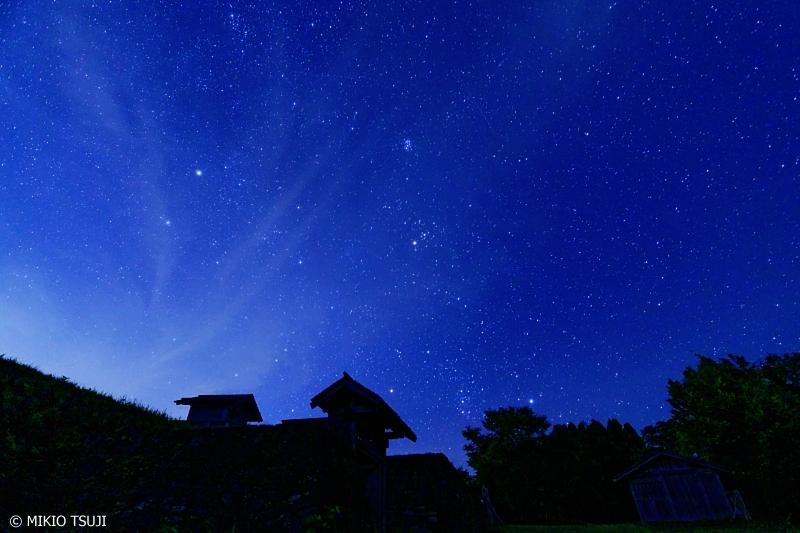 絶景探しの旅 - 0688 青い星空を望む山城の門 (鳥越城/石川県 白山市)