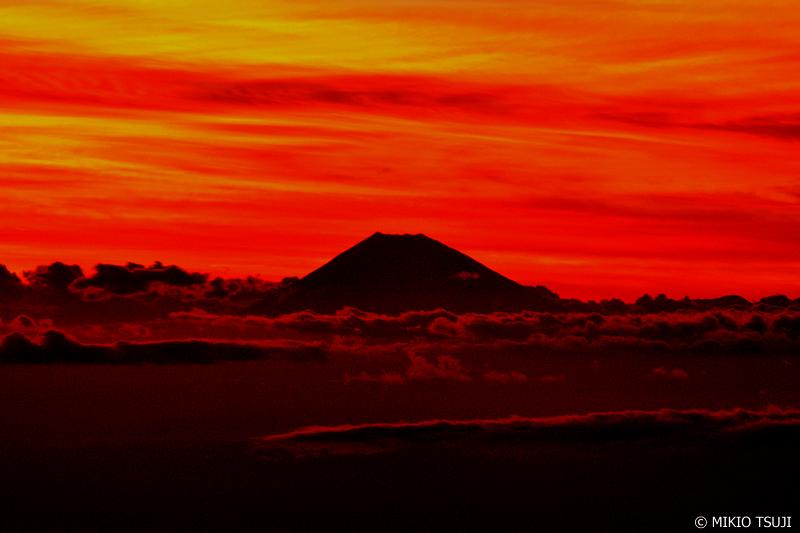 絶景探しの旅 - 0690 赤く燃える空とシルエット富士 (神奈川上空)