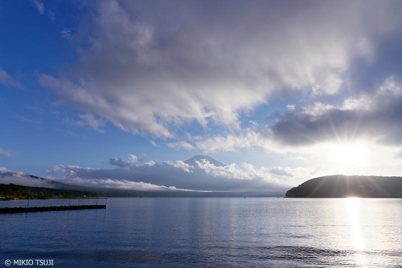 0720 雲と光の富士山と山中湖 (山梨県 山中湖村)